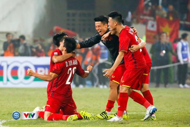 ẢNH: Khoảnh khắc ĐT Việt Nam vỡ òa khi giành chức vô địch lịch sử - Ảnh 3.