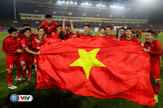 ẢNH: Khoảnh khắc ĐT Việt Nam vỡ òa khi giành chức vô địch lịch sử - Ảnh 7.
