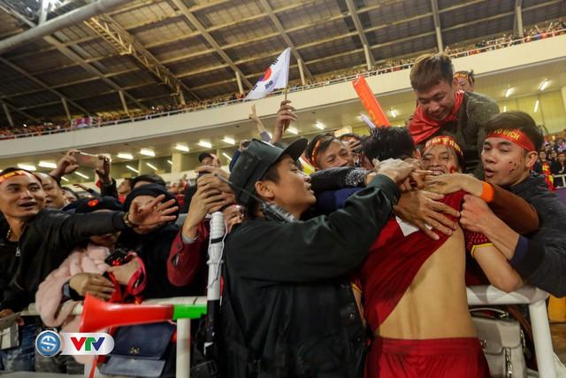 ẢNH: Khoảnh khắc ĐT Việt Nam vỡ òa khi giành chức vô địch lịch sử - Ảnh 8.