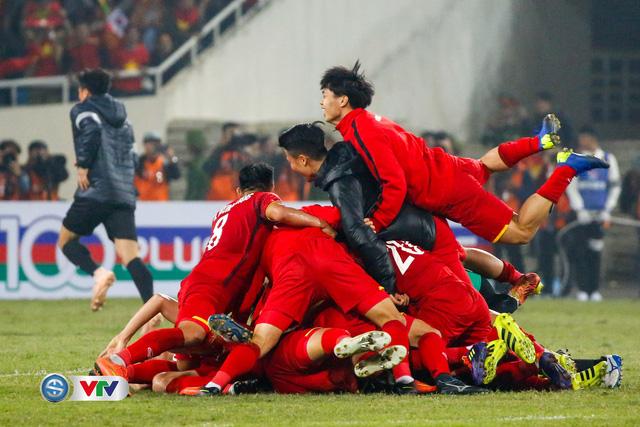 ẢNH: Khoảnh khắc ĐT Việt Nam vỡ òa khi giành chức vô địch lịch sử - Ảnh 4.