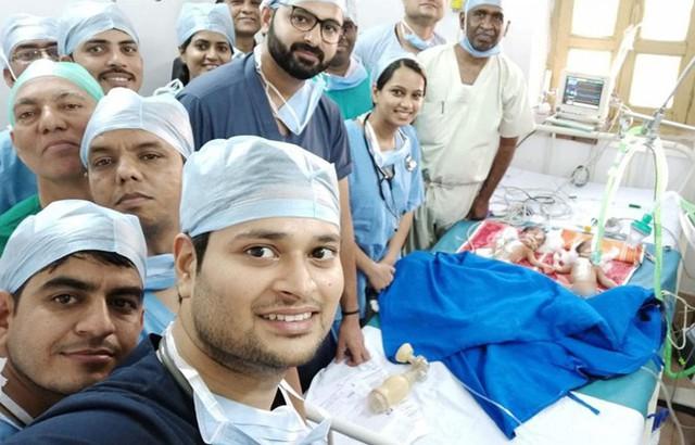Ấn Độ: 30 bác sĩ, y tá mổ tách thành công cặp song sinh dính liền - Ảnh 1.