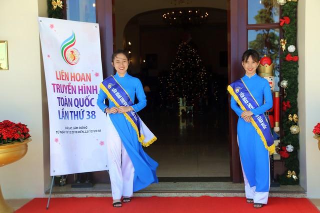 Dàn tình nguyện viên LHTHTQ 38 nổi bật trong trang phục áo dài - Ảnh 3.