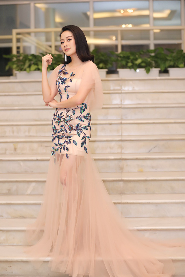 MC Phí Linh khoe vóc dáng mảnh mai bên cạnh bạn dẫn Hạnh Phúc - Ảnh 2.