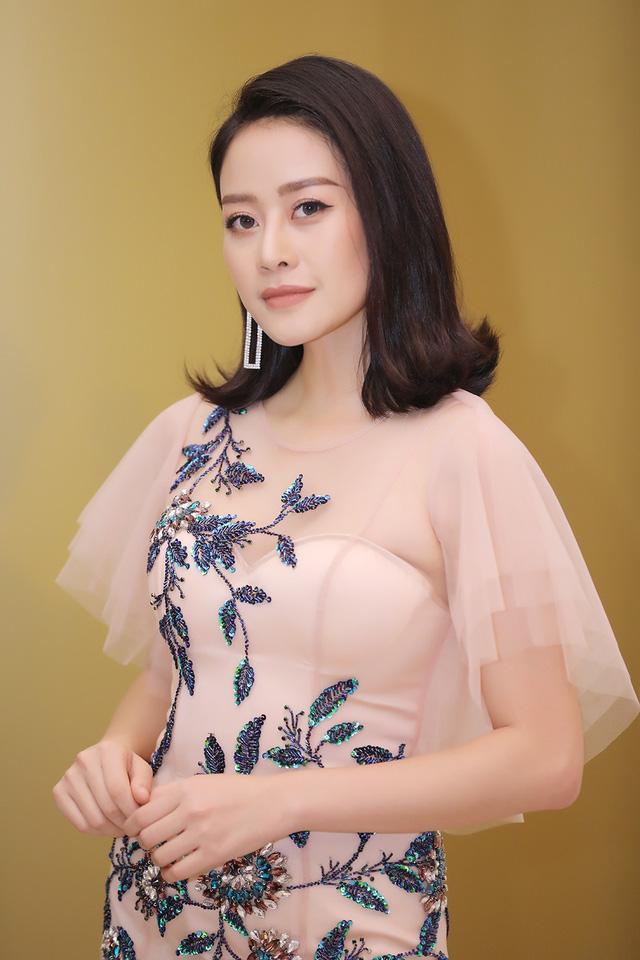 MC Phí Linh khoe vóc dáng mảnh mai bên cạnh bạn dẫn Hạnh Phúc - Ảnh 1.