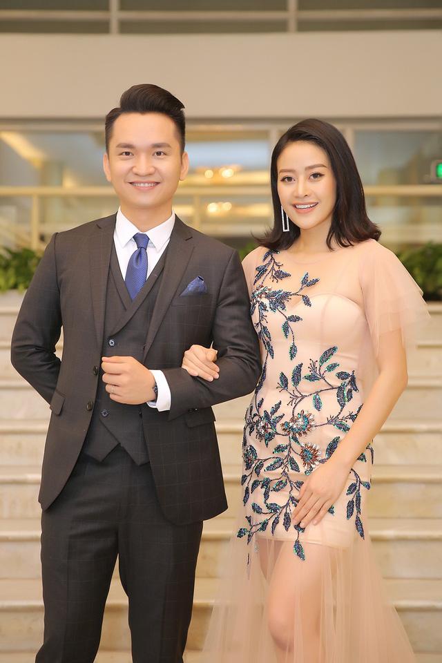 MC Phí Linh khoe vóc dáng mảnh mai bên cạnh bạn dẫn Hạnh Phúc - Ảnh 3.