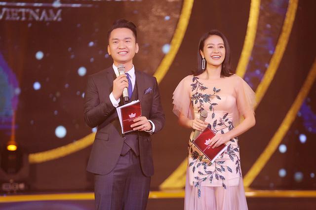 MC Phí Linh khoe vóc dáng mảnh mai bên cạnh bạn dẫn Hạnh Phúc - Ảnh 5.