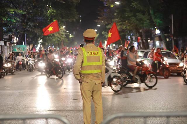 ĐT Việt Nam đặt một chân vào chung kết AFF Cup, CĐV đổ ra đường vui như trẩy hội - Ảnh 13.