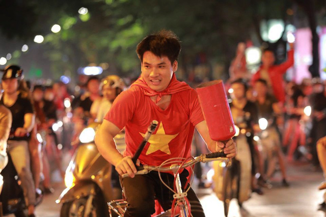 ĐT Việt Nam đặt một chân vào chung kết AFF Cup, CĐV đổ ra đường vui như trẩy hội - Ảnh 7.