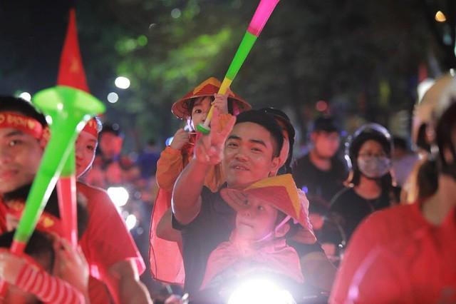 ĐT Việt Nam đặt một chân vào chung kết AFF Cup, CĐV đổ ra đường vui như trẩy hội - Ảnh 6.