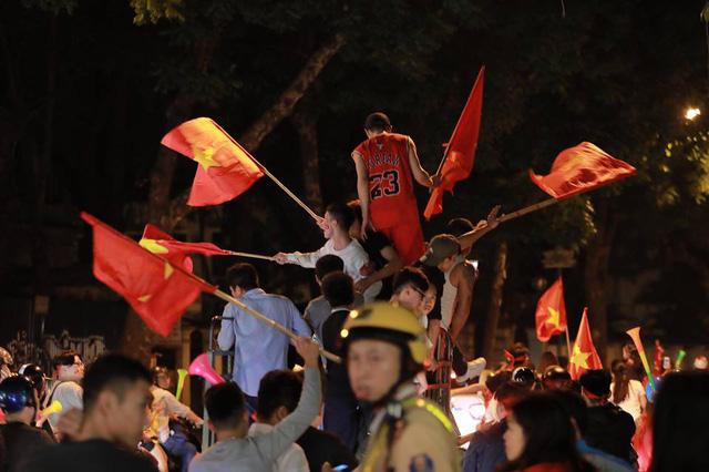 ĐT Việt Nam đặt một chân vào chung kết AFF Cup, CĐV đổ ra đường vui như trẩy hội - Ảnh 4.