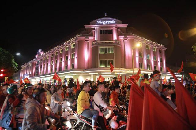ĐT Việt Nam đặt một chân vào chung kết AFF Cup, CĐV đổ ra đường vui như trẩy hội - Ảnh 12.