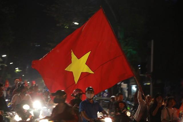 ĐT Việt Nam đặt một chân vào chung kết AFF Cup, CĐV đổ ra đường vui như trẩy hội - Ảnh 2.