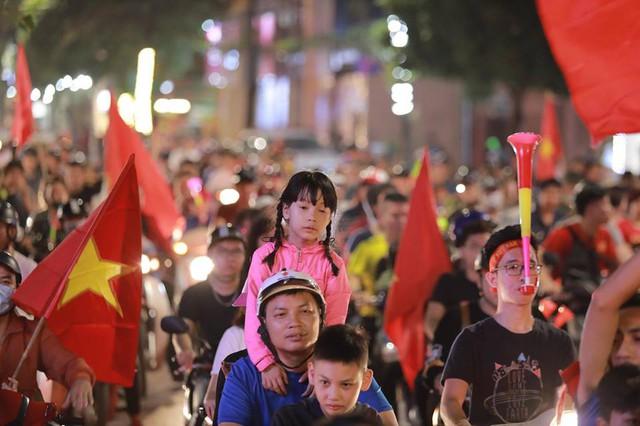 ĐT Việt Nam đặt một chân vào chung kết AFF Cup, CĐV đổ ra đường vui như trẩy hội - Ảnh 9.