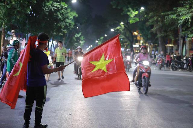 ĐT Việt Nam đặt một chân vào chung kết AFF Cup, CĐV đổ ra đường vui như trẩy hội - Ảnh 3.
