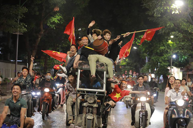 ĐT Việt Nam đặt một chân vào chung kết AFF Cup, CĐV đổ ra đường vui như trẩy hội - Ảnh 5.