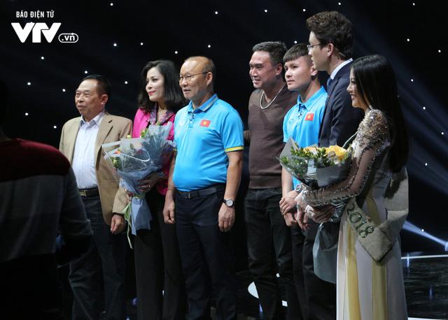 Quang Hải U23 Việt Nam, Hoa hậu Phương Khánh bị bủa vây trên trường quay Dấu ấn 2018 - Ảnh 3.