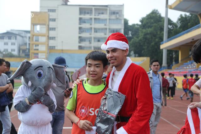 Duy Mạnh, Đức Huy, Thành Chung hóa ông già Noel tặng quà trẻ em trên sân Hàng Đẫy - Ảnh 4.
