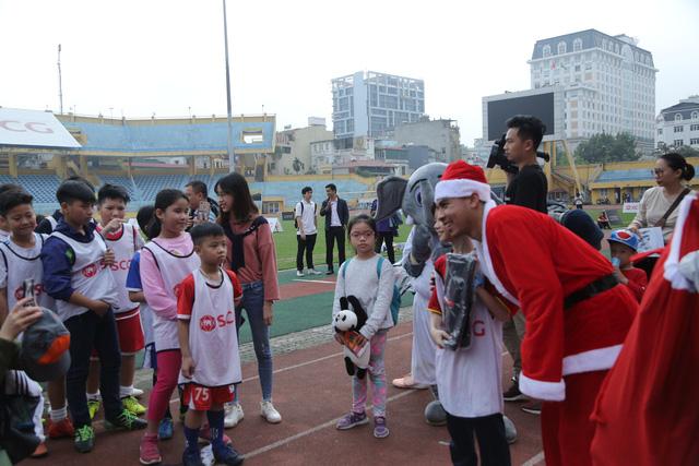 Duy Mạnh, Đức Huy, Thành Chung hóa ông già Noel tặng quà trẻ em trên sân Hàng Đẫy - Ảnh 5.