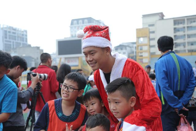 Duy Mạnh, Đức Huy, Thành Chung hóa ông già Noel tặng quà trẻ em trên sân Hàng Đẫy - Ảnh 8.
