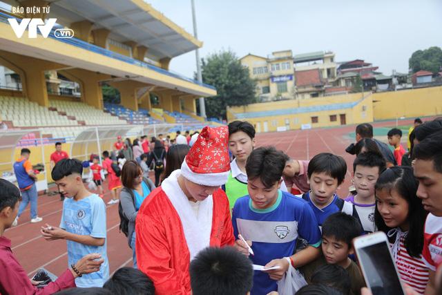 Duy Mạnh, Đức Huy, Thành Chung hóa ông già Noel tặng quà trẻ em trên sân Hàng Đẫy - Ảnh 10.