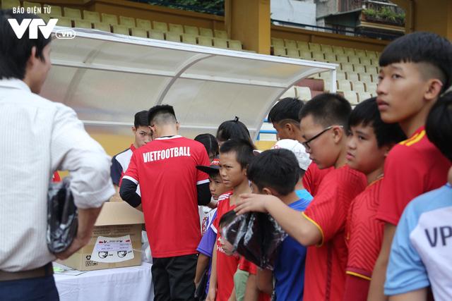 Duy Mạnh, Đức Huy, Thành Chung hóa ông già Noel tặng quà trẻ em trên sân Hàng Đẫy - Ảnh 11.