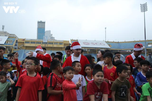 Duy Mạnh, Đức Huy, Thành Chung hóa ông già Noel tặng quà trẻ em trên sân Hàng Đẫy - Ảnh 9.