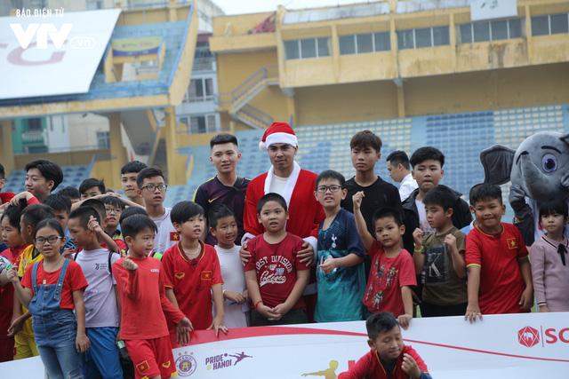 Duy Mạnh, Đức Huy, Thành Chung hóa ông già Noel tặng quà trẻ em trên sân Hàng Đẫy - Ảnh 12.