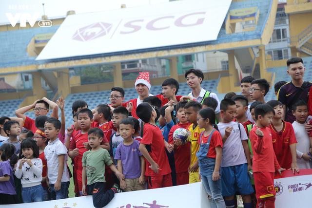 Duy Mạnh, Đức Huy, Thành Chung hóa ông già Noel tặng quà trẻ em trên sân Hàng Đẫy - Ảnh 13.