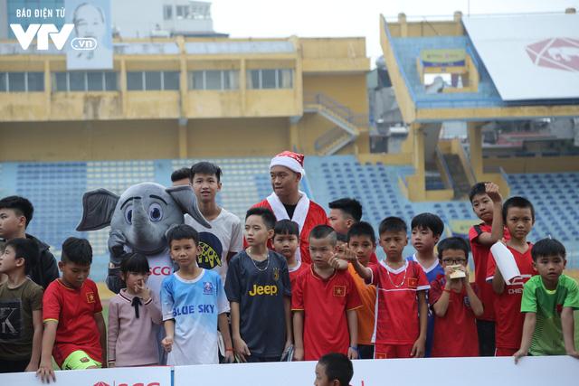 Duy Mạnh, Đức Huy, Thành Chung hóa ông già Noel tặng quà trẻ em trên sân Hàng Đẫy - Ảnh 14.