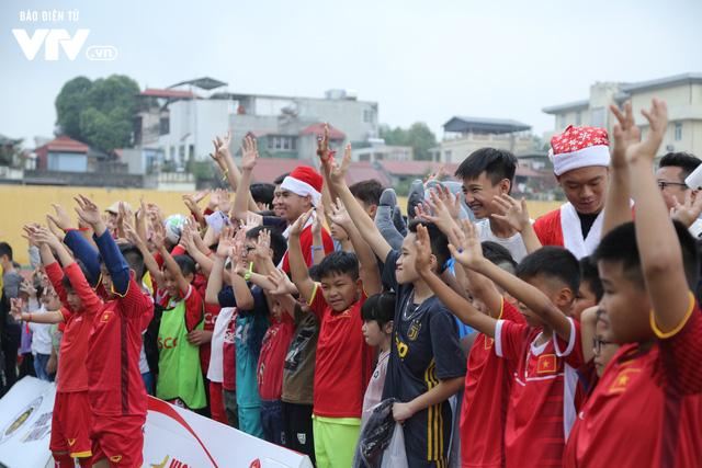 Duy Mạnh, Đức Huy, Thành Chung hóa ông già Noel tặng quà trẻ em trên sân Hàng Đẫy - Ảnh 3.
