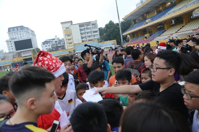 Duy Mạnh, Đức Huy, Thành Chung hóa ông già Noel tặng quà trẻ em trên sân Hàng Đẫy - Ảnh 17.