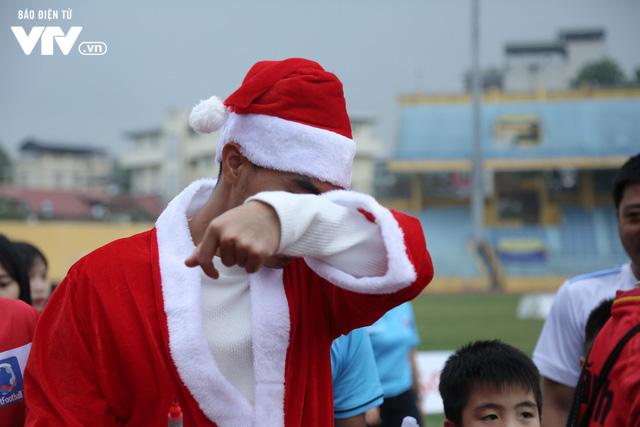 Duy Mạnh, Đức Huy, Thành Chung hóa ông già Noel tặng quà trẻ em trên sân Hàng Đẫy - Ảnh 18.