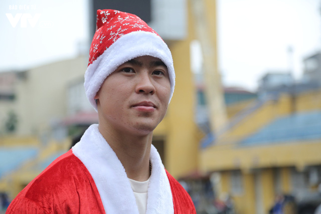 Duy Mạnh, Đức Huy, Thành Chung hóa ông già Noel tặng quà trẻ em trên sân Hàng Đẫy - Ảnh 7.