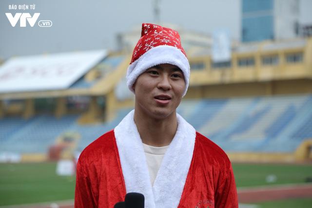 Duy Mạnh, Đức Huy, Thành Chung hóa ông già Noel tặng quà trẻ em trên sân Hàng Đẫy - Ảnh 1.