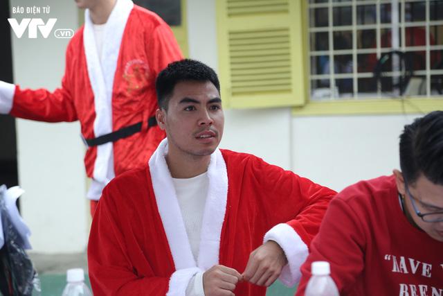 Duy Mạnh, Đức Huy, Thành Chung hóa ông già Noel tặng quà trẻ em trên sân Hàng Đẫy - Ảnh 19.