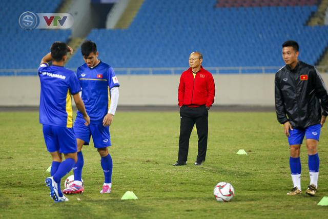 ĐT Việt Nam tập luyện làm quen sân trước trận giao hữu - Ảnh 4.