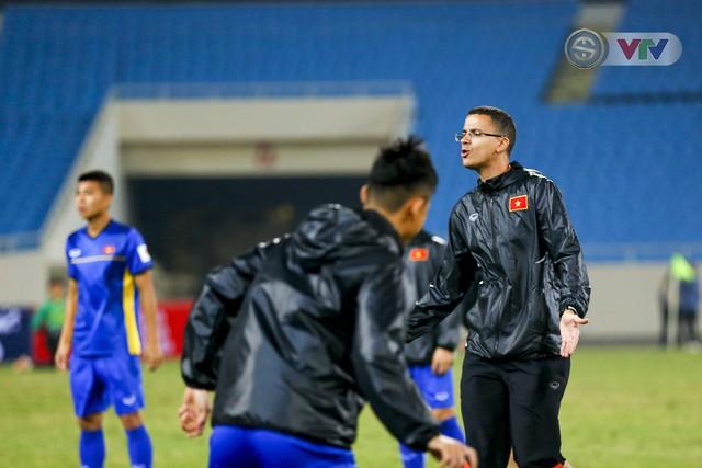 ĐT Việt Nam tập luyện làm quen sân trước trận giao hữu - Ảnh 2.