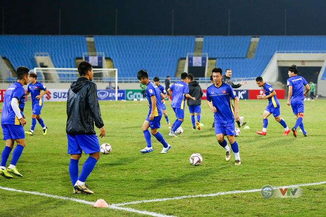 ĐT Việt Nam tập luyện làm quen sân trước trận giao hữu - Ảnh 3.