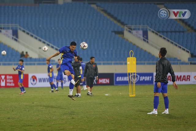 ĐT Việt Nam tập luyện làm quen sân trước trận giao hữu - Ảnh 10.