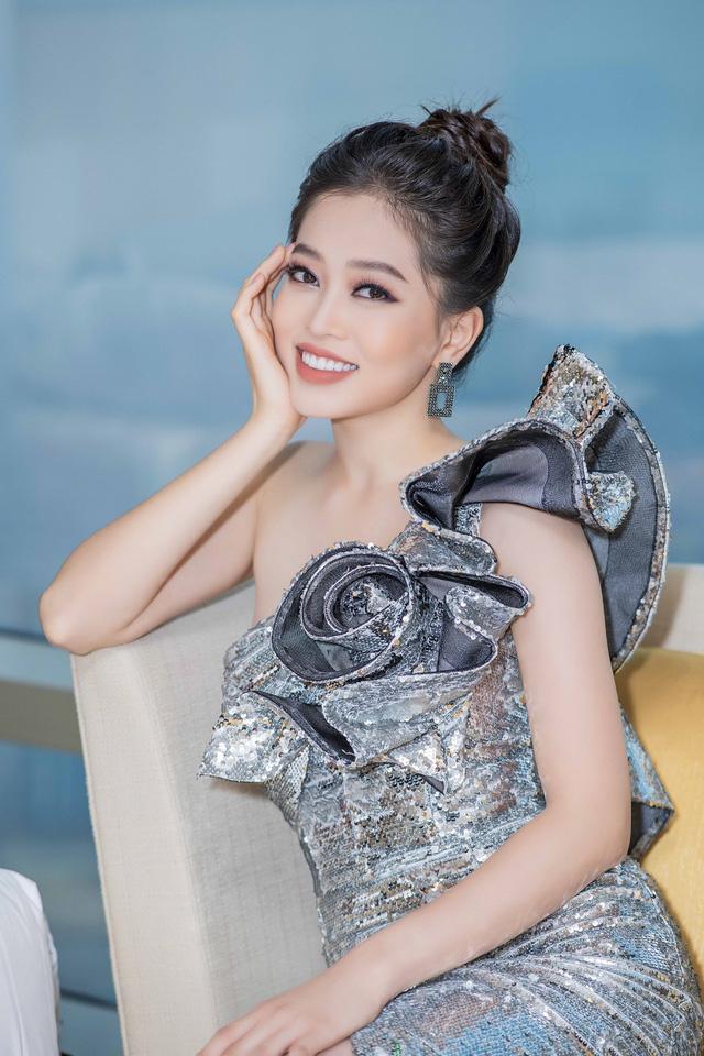 Issac bất ngờ hôn tay khiến Hoa hậu Tiểu Vy ngại ngùng - Ảnh 6.