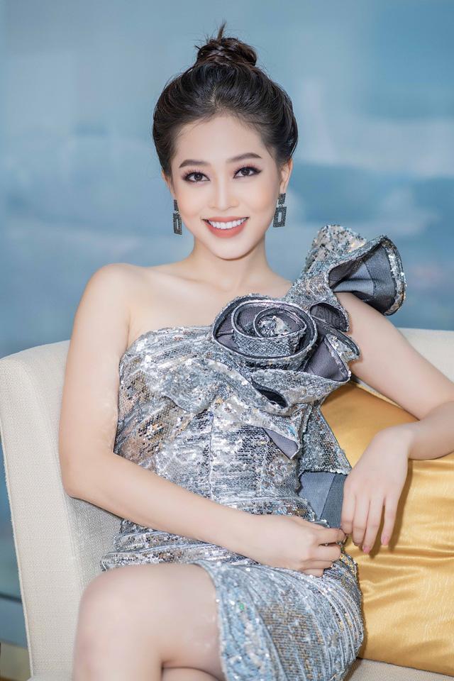 Issac bất ngờ hôn tay khiến Hoa hậu Tiểu Vy ngại ngùng - Ảnh 5.