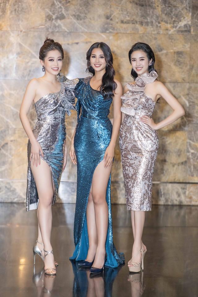 Issac bất ngờ hôn tay khiến Hoa hậu Tiểu Vy ngại ngùng - Ảnh 1.