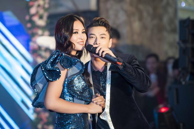 Issac bất ngờ hôn tay khiến Hoa hậu Tiểu Vy ngại ngùng - Ảnh 2.