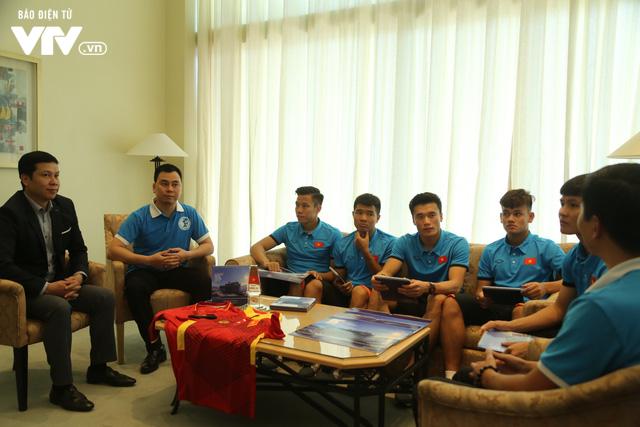 Đội tuyển bóng đá Việt Nam gửi tinh thần chiến thắng tới đảo Trường Sa - Ảnh 1.