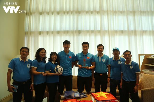 Đội tuyển bóng đá Việt Nam gửi tinh thần chiến thắng tới đảo Trường Sa - Ảnh 11.