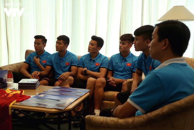 Đội tuyển bóng đá Việt Nam gửi tinh thần chiến thắng tới đảo Trường Sa - Ảnh 2.