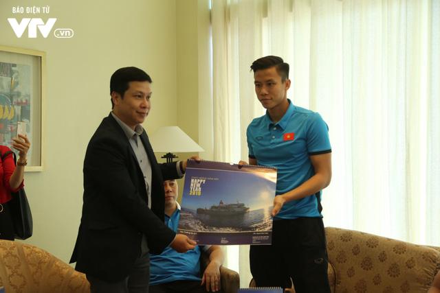 Đội tuyển bóng đá Việt Nam gửi tinh thần chiến thắng tới đảo Trường Sa - Ảnh 3.