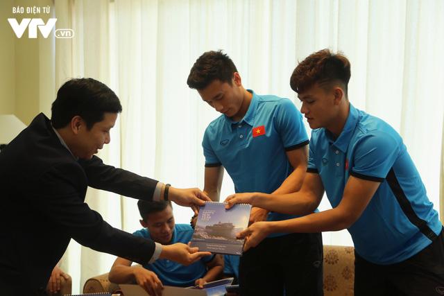 Đội tuyển bóng đá Việt Nam gửi tinh thần chiến thắng tới đảo Trường Sa - Ảnh 4.
