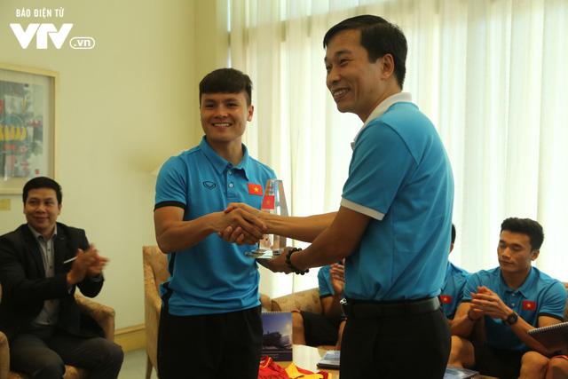 Đội tuyển bóng đá Việt Nam gửi tinh thần chiến thắng tới đảo Trường Sa - Ảnh 5.