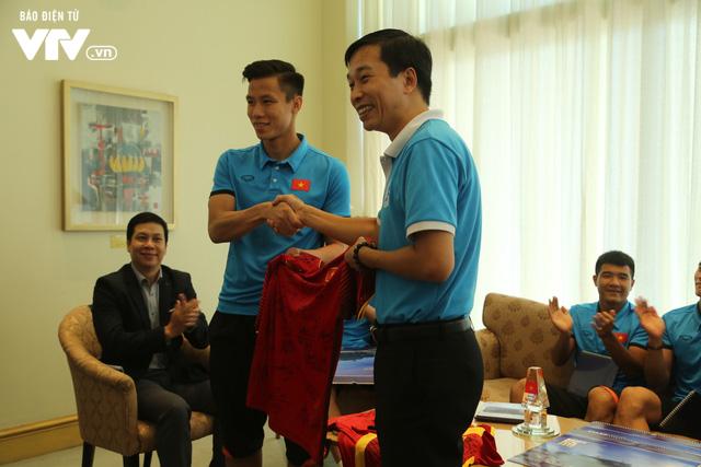 Đội tuyển bóng đá Việt Nam gửi tinh thần chiến thắng tới đảo Trường Sa - Ảnh 6.